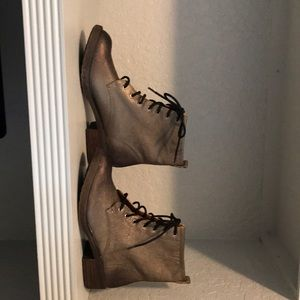 New lucky brand Metallic distress looking boots